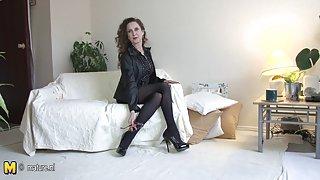 Bg erotika Гореща 55yo майка свирене на дивана